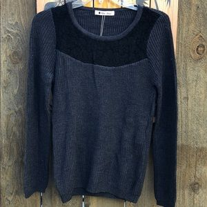 Sweaters - Round neck sweater top